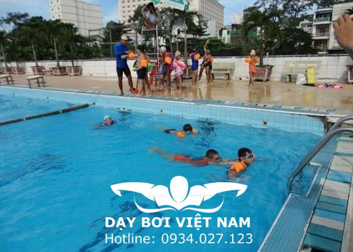 Lớp học bơi tại hồ bơi nhà thiếu nhi gò vấp